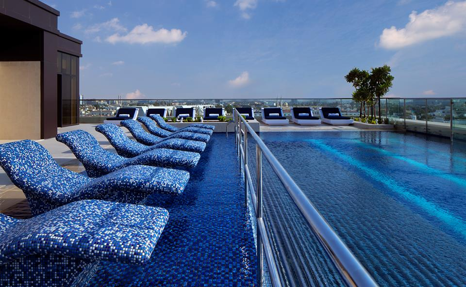 The swimming pool at the roof top. Paradise.